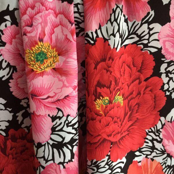 Kaffe Fassett vævet bomuld med store pink orange røde blomster økotex 100