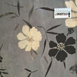 Vævet viskose grå bund med store cremede blomster fra Italiensk Modehus