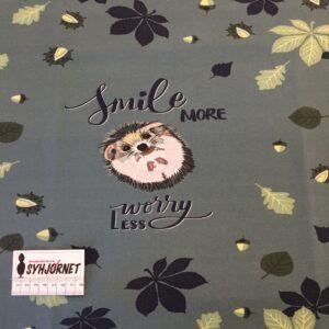 Bomuldsjersey, som rapport med pindsvin i grønlig nuance og med blade på bagsiden.